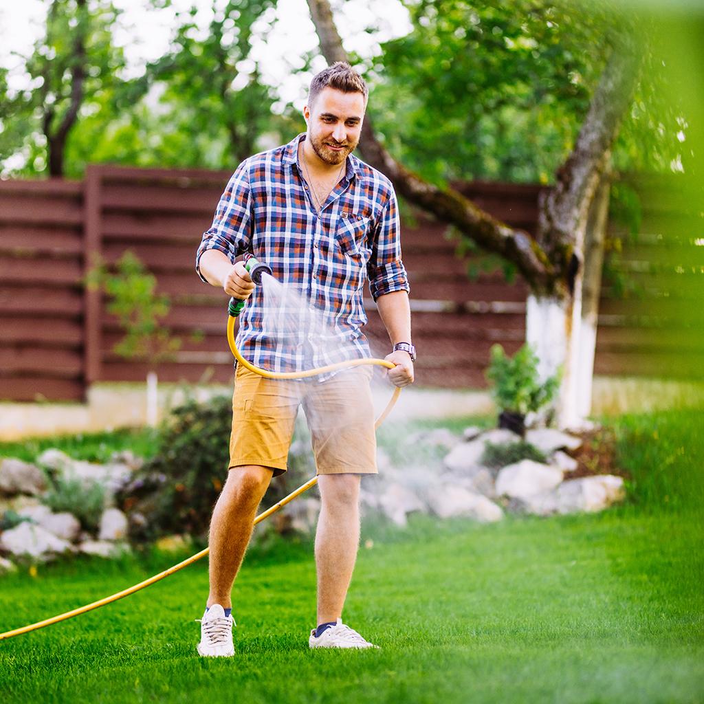 Ein wichtige Teil der Rasenpflege: wässern von Frühjahr bis Herbst