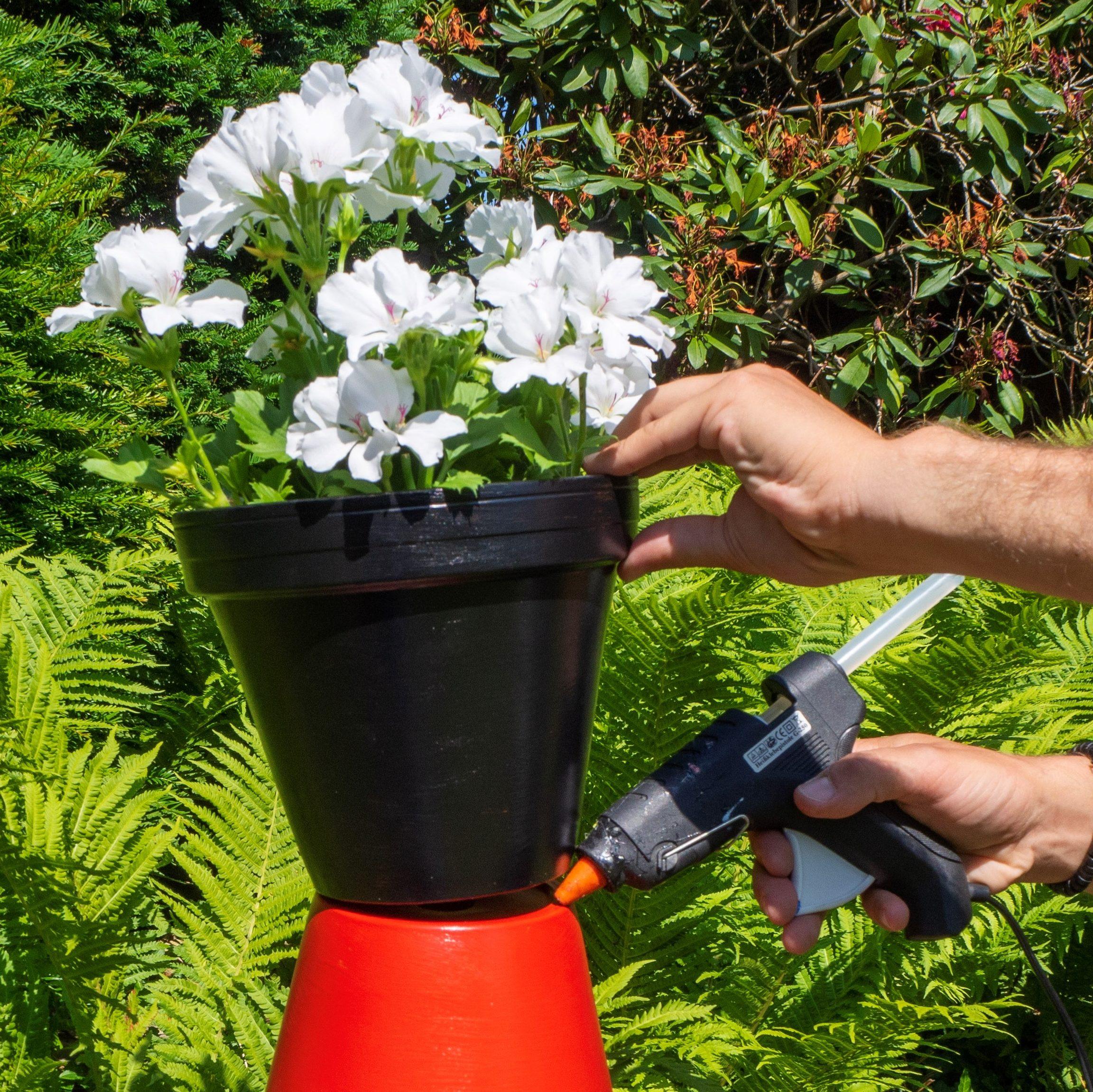 Beklebe die Pflanztöpfe mit der Heißklebepistole - dein DIY-Projekt für die #staycation