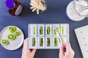 Kiwis einlegen, Kokosmilch-Chiasamen-Agavendicksaft-Gemisch einfüllen und tiefkühlen - fertig ist dein #staycation Eis am Stiel